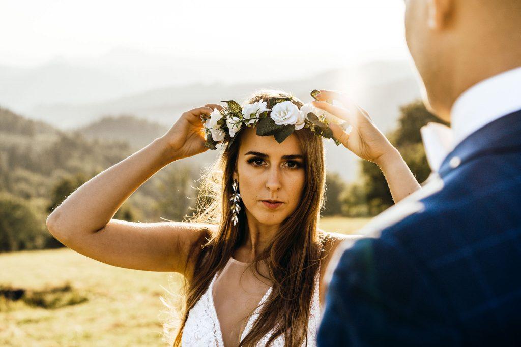Sesja ślubna w górach panna młoda wianek kwiaty wzrok