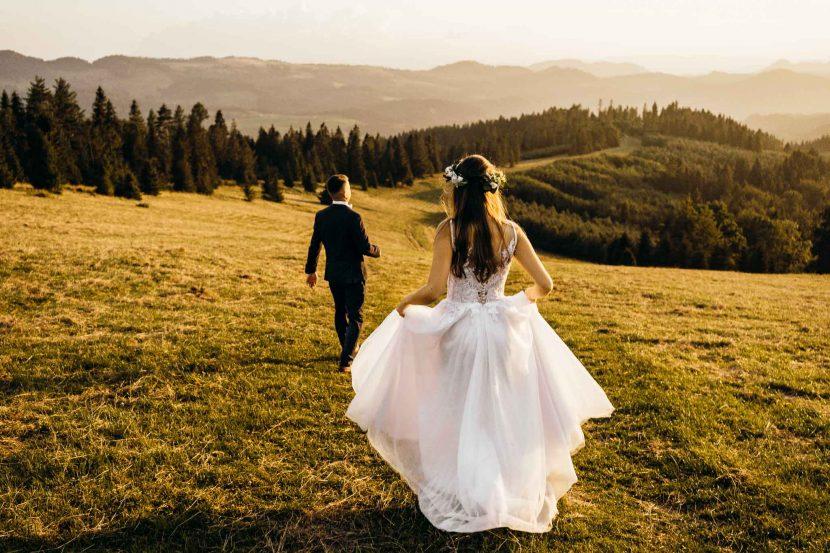 sesja ślubna w górach para młoda suknia ślubna wianek na głowie