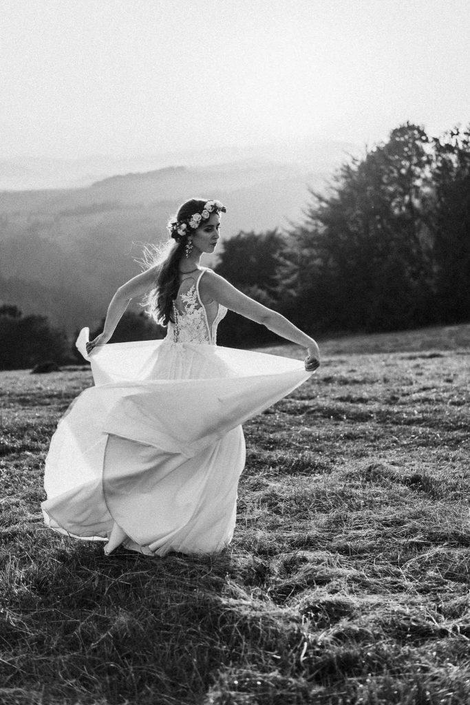 tańcząca pani młoda wianek góry