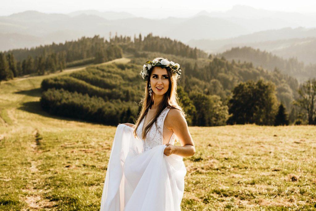 Sesja ślubna w górach pani młoda wianek biała suknia