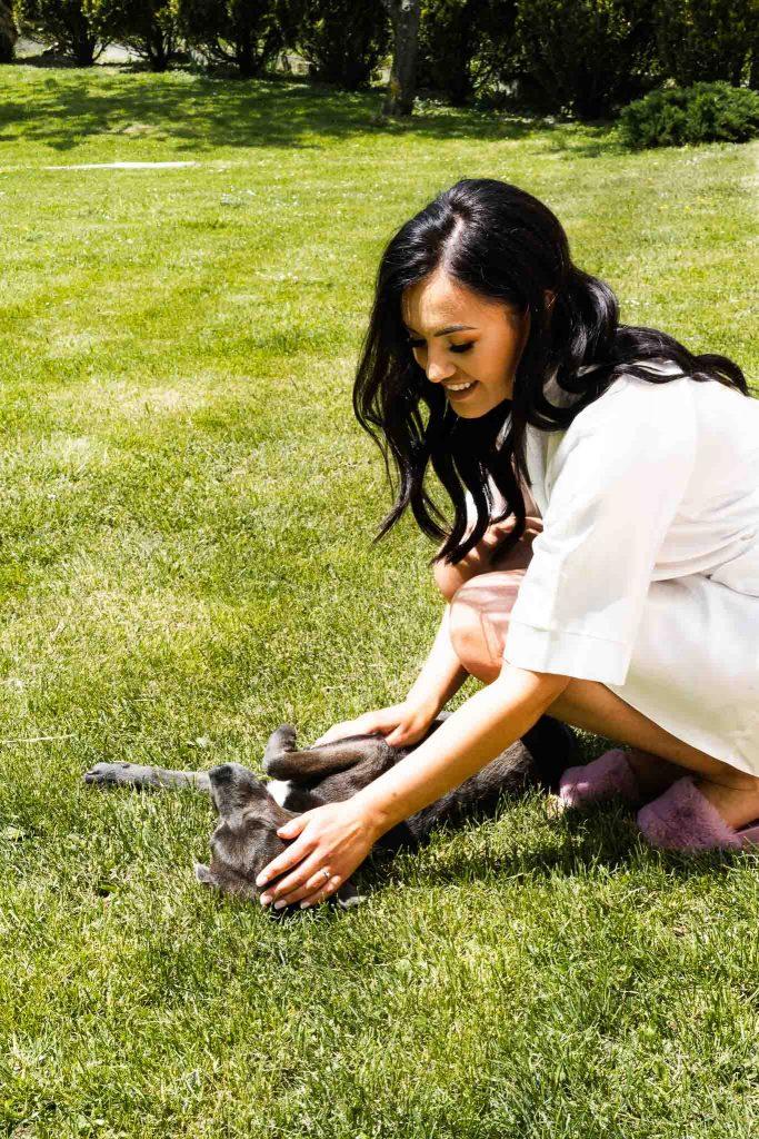 uśmiech pani młodej zabawa z psem słoneczna pogoda