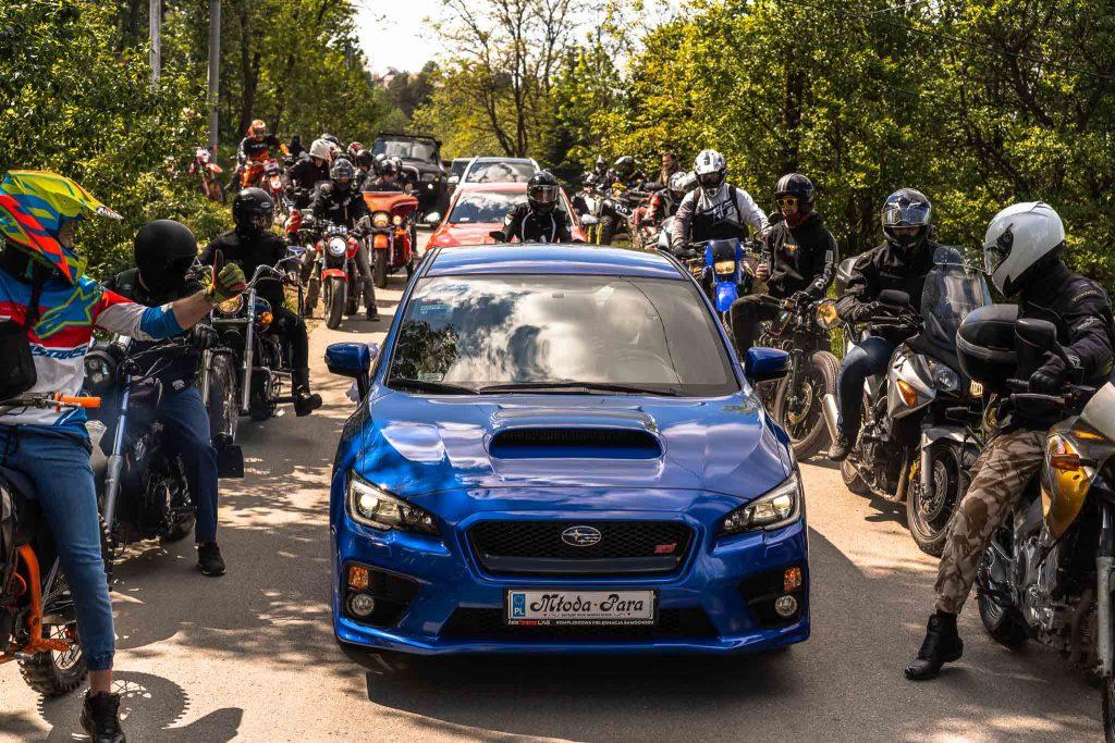 obstawa motocyklowa sportowy samochód subaru impreza