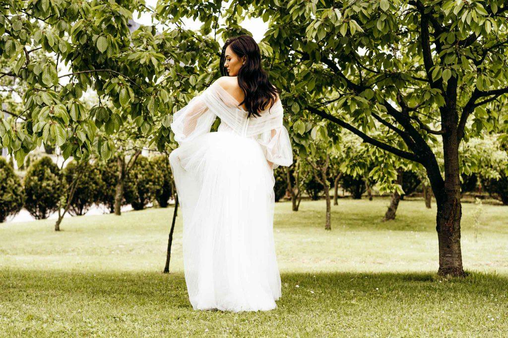 pani młoda suknia ślubna drzewa
