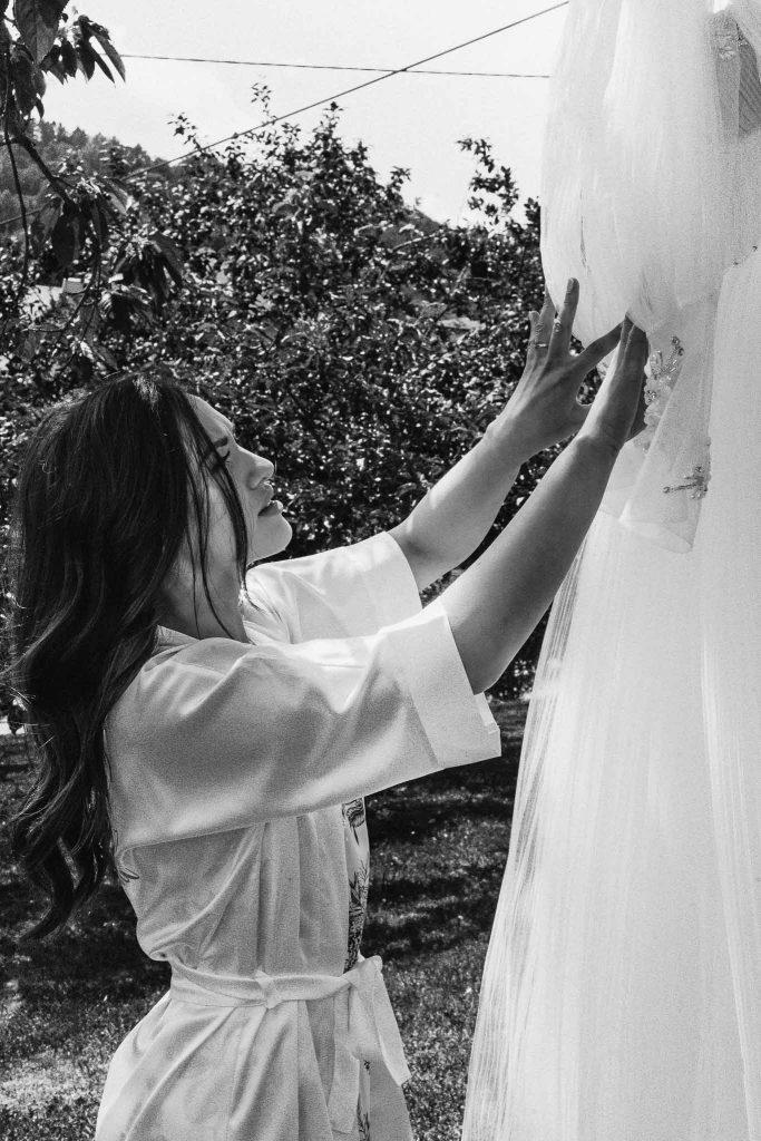 pani młoda przygotowania suknia ślubna czarno białe zdjęcie