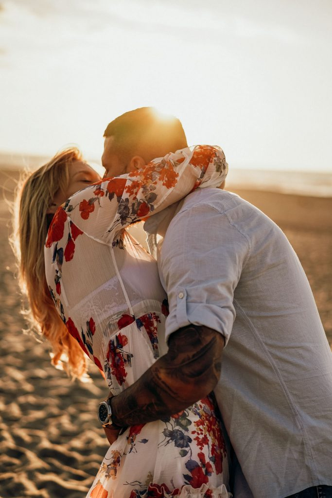 sesja na plaży sesja nad morzem zakochani sesja narzeczeńska