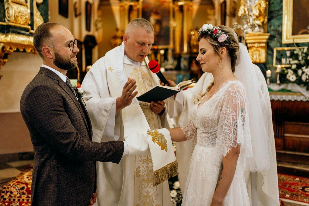 para młoda ceremonia ślubna