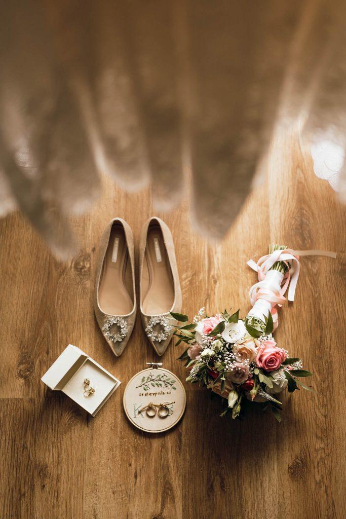 detale ślubne suknia ślubna buty bukiet ślubny obrączki