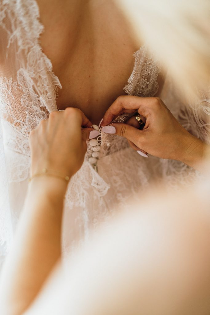 detale sukni ślubnej pani młoda przygotowania